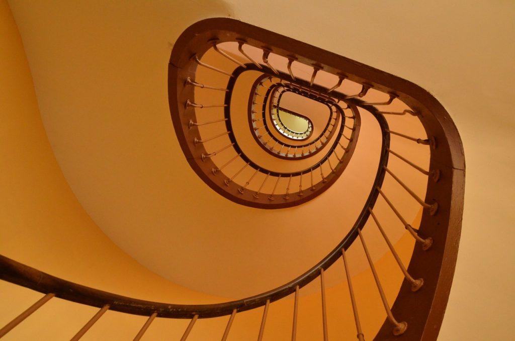 Maling af trappeopgang behøver ikke at være dyrt og besværligt.